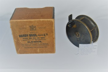 "Image for  4"" HARDY BIRMINGHAM BRASS BRONZED PLATEWIND [Circa 1880-1910]  16 ½ oz.  With ""Enclosed Oval Logo"" & ""Rod in Hand"" Trademark; Fixed Check; Ebonite knob; 3 ¾ in. smooth Brass Foot;   in HARDY Brown Cardboard Box with Metal Edges."